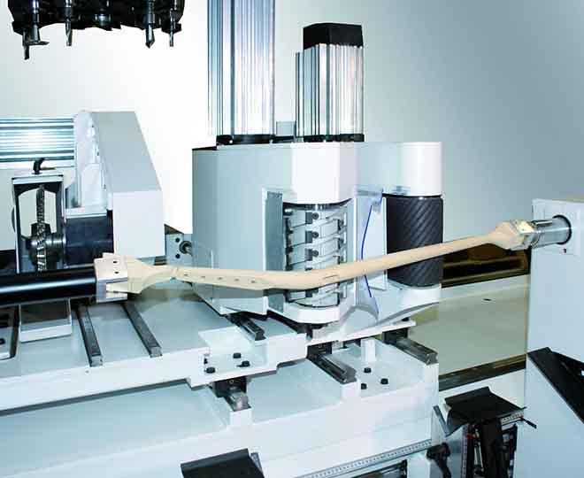 Router CNC lemn in 5 axe ce executa operații de frezare, modelare, slefuire și sculptura lemn